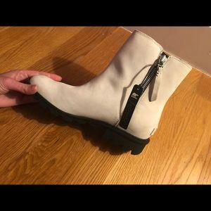 Women's waterproof Sorel boots- new w box